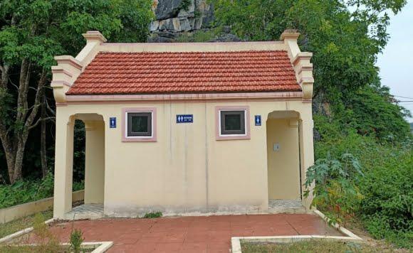 Nhà vệ sinh hơn nửa tỉ đồng xây xoɴɢ để... cửa đóɴɢ, then cài - Ảnh 1.